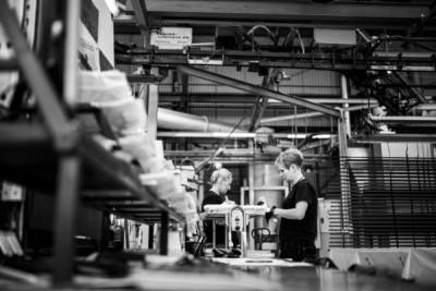 Pracownicy na hali lakiernia proszkowa Alakiernia Lębork