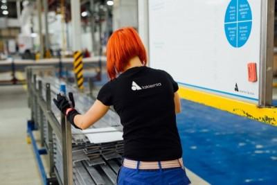 Pracowniczka lakierni proszkowej aluminium - Alakiernia Lębork